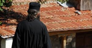 Ελεύθερος αφέθηκε ο ιερέας που έκαιγε καρναβαλικές κατασκευές