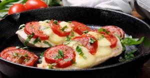 Κοτόπουλο με μοτσαρέλα και ντοματίνια
