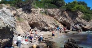 Έκλεισαν παραλία στο Πόρτο Ράφτη γιατί κινδυνεύουν να αποκολληθούν βράχοι