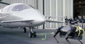 Απίθανος ρομποτικός σκύλος σέρνει αεροπλάνο… 3 τόνων