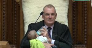 Ο πρόεδρος της Βουλής στη Νέα Ζηλανδία τάισε μωρό με μπιμπερό κατά τη διάρκεια συζήτησης!