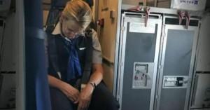Αεροσυνοδός «τύφλα» στο μεθύσι πέφτει πάνω σε επιβάτες (βίντεο)