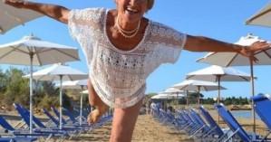 Ρεκόρ Γκίνες για την 81χρονη σέρφερ, Αναστασία Γερολυμάτου (βίντεο)