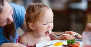 Τι τρόφιμα πρέπει να αποφύγετε να δώσετε στα παιδιά σας πριν φτάσουν τα δύο