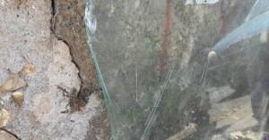 Σπασμένα τζάμια και επικίνδυνα αντικείμενα δίπλα σε σπίτια στον Άη Γιάννη (φωτο)