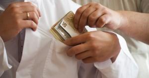 Συνελήφθη γιατρός για δωροληψία με προσημειωμένα χαρτονομίσματα