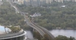 Ουκρανία: Άνδρας απειλεί να ανατινάξει γέφυρα στο Κίεβο