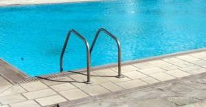 Σοκ σε πισίνα: 45χρονος κατηγορείται ότι αυνανιζόταν μπροστά σε παιδιά