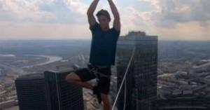 Έκανε γιόγκα πάνω σε σχοινί 349 μέτρα πάνω από το έδαφος (βίντεο)