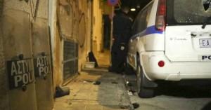 Εξάρχεια: Τον ξυλοκόπησαν άγρια πέντε άτομα στην πλατεία για να τον ληστέψουν