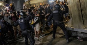 Άγρια επεισόδια στη Βαρκελώνη, σε διαμαρτυρία για τη φυλάκιση Καταλανών ηγετών