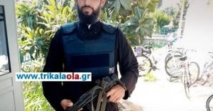 Ο αστυνομικός - ιερέας με το αλεξίσφαιρο και το όπλο σε αστυνομικό τμήμα στα Τρίκαλα