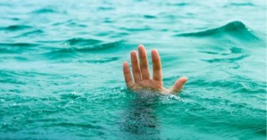 Κρήτη: Αγωνία για την ζωή 65χρονης που ανασύρθηκε από την θάλασσα σε κώμα!