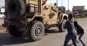 Κούρδοι της Συρίας πετούν πατάτες στα αμερικανικά στρατεύματα