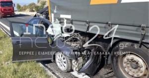 Εικόνες σοκ από τροχαίο- Αυτοκίνητο σφηνώθηκε κάτω από νταλίκα - Νεκρός ο οδηγός