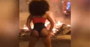 Απίστευτο βίντεο: Χόρευε twerking την ώρα η Βαρκελώνη «καιγόταν»