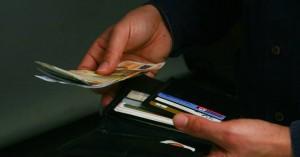 Κίνηση ανθρωπιάς από ένα ζευγάρι: Βρήκε στο παγκάκι χρήματα και τα παρέδωσε!