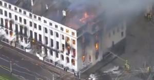 Φωτιά σε ξενοδοχείο στη Βρετανία: Όλο το κτίριο τυλίχτηκε στις φλόγες