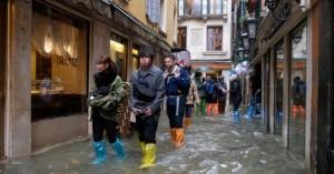 Η Ιταλία πλήττεται από κύμα κακοκαιρίας, η Βενετία κάτω από το νερό