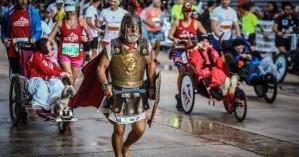 Ο Ηρακλειώτης που έτρεξε ξυπόλητος και με πανοπλία στο Μαραθώνιο (φωτο)