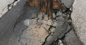 Έπεσε κομμάτι δρόμου στα Νεροκούρου - Άκρως επικίνδυνη η διέλευση οχημάτων (φώτο)