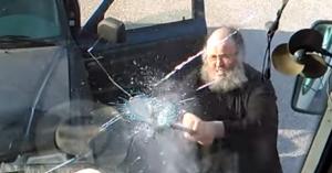 Παπάς-χούλιγκαν σπάει με σιδερολοστό όλο το πούλμαν (βιντεο)