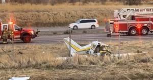 Βίντεο: Μικρό αεροπλάνο χτυπά σε πινακίδα και καρφώνεται σε αυτοκινητόδρομο στη Γιούτα