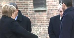 Κάτι τρέχει με τη Μέρκελ: Παραλίγο να πέσει κατά την επίσκεψή της στο Άουσβιτς