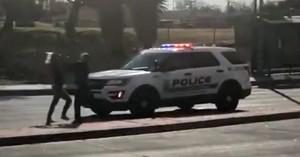 Γρονθοκόπησε γυναίκα αστυνομικό, της έκλεψε το περιπολικό και έφυγε (βίντεο)