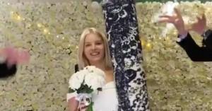 Εικοσιεξάχρονη παντρεύτηκε το .... χαλί της