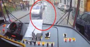 Οδηγός τραμ σταματάει το όχημα για να βοηθήσει ένα παιδί που είχε χαθεί