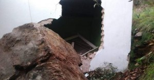Τεράστιος βράχος αποκολλήθηκε και έπεσε σε σπίτι (φωτο)