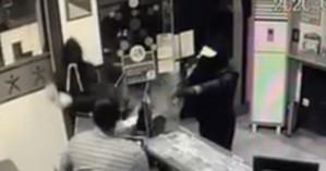 Ιδιοκτήτης πρακτορείου ΟΠΑΠ επιτίθεται σε ένοπλους κουκουλοφόρους (βιντεο)