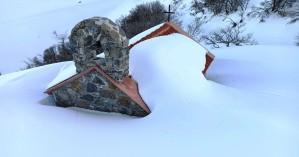 Θέρισο: Το εκκλησάκι του Αγ. Μάμα θαμμένο από το χιόνι (φωτο – βίντεο)
