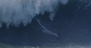Η συγκλονιστική στιγμή που κύμα-τέρας 18 μέτρων «καταπίνει» σέρφερ