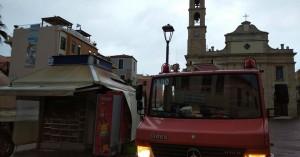 Η στιγμή που το περίπτερο μπροστά στη Μητρόπολη Χανίων... φλέγεται! (Βίντεο)