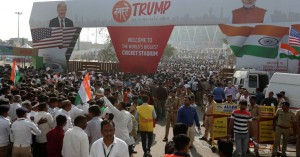 «Namaste Τραμπ»: Ενθουσιώδης υποδοχή στην Ινδία για τον Αμερικανό πρόεδρο