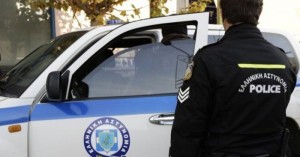 Ο έλεγχος στο αυτοκίνητο του έκρυβε όπλο και μαχαίρι