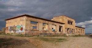 Να ανακαινιστεί το κτήριο των παιδικών εξοχών στους Αγίους Αποστόλους