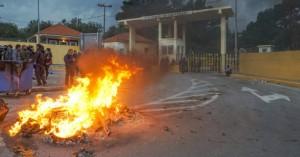 Λέσβος: 1.500 πολίτες με όπλα πολιορκούν δυνάμεις των ΜΑΤ σε στρατόπεδο (βιντεο-φωτο)