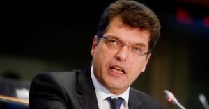 Ο Ευρωπαίος Επίτροπος που θεωρεί ότι η Ελλάδα ευθύνεται για την κατάσταση του προσφυγικού