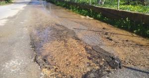 Για δεύτερη ημέρα δρόμος στα Χανιά είναι γεμάτος νερό από διαρροή του δικτύου