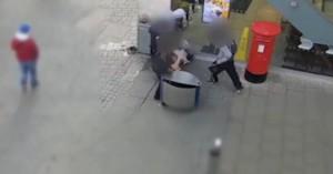 Σοκαριστικό βίντεο: Χτυπούν και κλοτσούν άστεγο στη μέση του δρόμου