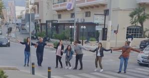 Ρέθυμνο: Έκλεισαν τον δρόμο για να χορέψουν έναν… συρτό!