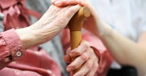 Στο «σκαμνί» κόρη που ξυλοκοπούσε την ηλικιωμένη μητέρα της
