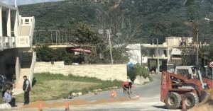 Ασφαλτοστρώνουν τον δρόμο Βουκολιές Ταυρωνίτη