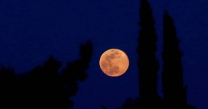 Ροζ πανσέληνος: Υπερθέαμα απόψε στον νυχτερινό ουρανό