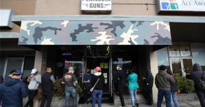 Κορωνοϊός: Αμερικανοί αγόρασαν 2.400.000 όπλα σε ένα μήνα και «ταμπουρώνονται» στα σπίτια