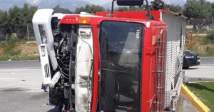 Καραμπόλα τριών αυτοκινήτων έξω από το Τυμπάκι – Ανετράπη Πυροσβεστικό όχημα