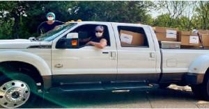 Ηθοποιός του Χόλιγουντ παρέδωσε με το φορτηγό του 110.000 μάσκες σε νοσοκομεία